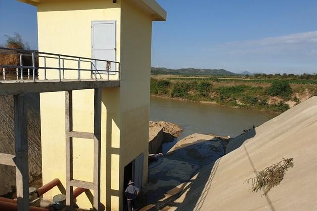 Kiểm tra hồ đập ở Đắk Lắk. Ảnh: Bảo Trung.