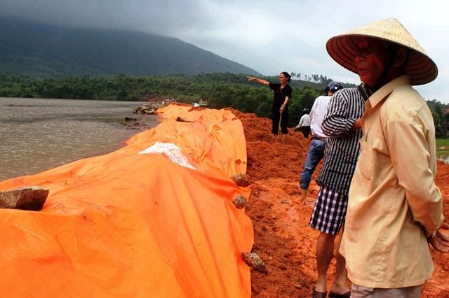 Gia cố hồ Hóc Mít (huyện Mộ Đức, tỉnh Quảng Ngãi) trong mùa mưa bão năm 2019. Ảnh: Tử Trực.