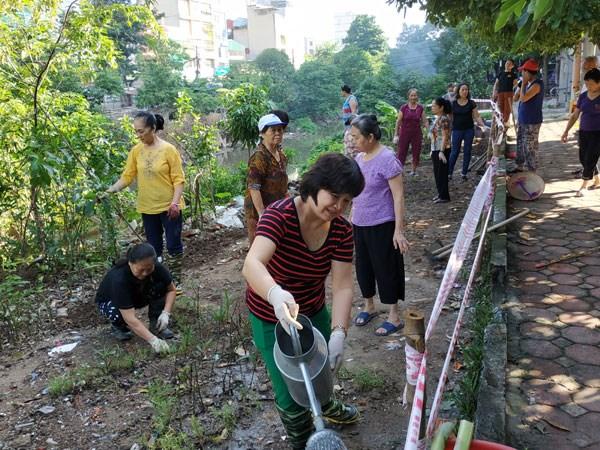 Cán bộ MTTQ phường La Khê (quận Hà Đông, Hà Nội) cùng nhân dân vệ sinh môi trường. Ảnh: Hà Hiền.