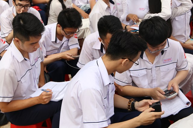 Từ 1/11, HS được sử dụng điện thoại trong lớp để phục vụ cho việc học tập.