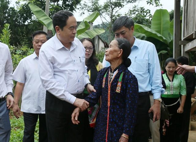 Chủ tịch UBTƯ MTTQ Việt Nam Trần Thanh Mẫn thăm hỏi và chia sẻ với hộ nghèo xã Mường Giàng, huyện Quỳnh Nhai, tỉnh Sơn La.