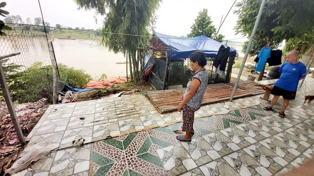 Ngôi nhà bà Nguyễn Thị Lý bị sông nuốt chửng một đoạn vườn, nay khúc sân sau nhà lại tiếp tục bị đe dọa.