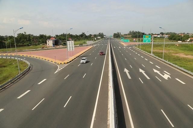 Đường cao tốc Hạ Long - Hải Phòng đoạn giao thị xã Quảng Yên.