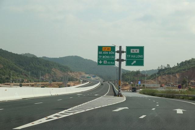 Đường cao tốc Hạ Long - Vân Đồn - Móng Cái.