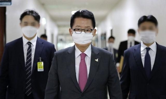 Giám đốc Cơ quan Tình báo Quốc gia Hàn Quốc Park Jie-won trên đường tới họp với Ủy ban Tình báo quốc hội hôm 25/9. Ảnh: Yonhap.