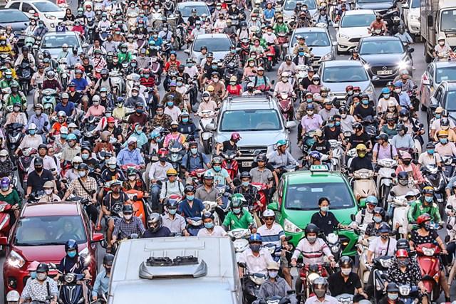 Các phương tiện giao thông ùn ứ trong tắc đường Nguyễn Trãi.