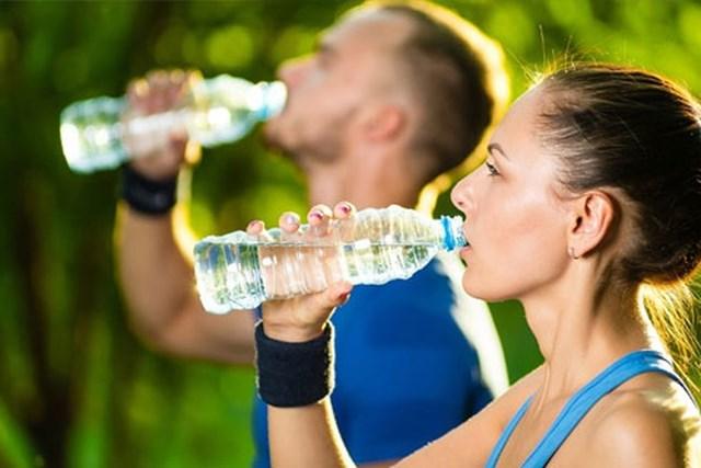 Uống nước đúng cách giúp giảm cân, loại bỏ độc tố - Ảnh 1