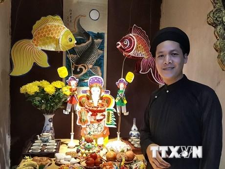 Nghệ nhân Đặng Văn Hậu giới thiệu vẻ đẹp độc đáo của những con giống bột Hà Thành. (Ảnh: Đinh Thuận/TTXVN).