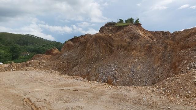 Sau khi dừng thi công, đồi Rú Tiêu có rất nhiều hố nước có thể gây nguy hiểm cho trâu bò, thâm chí trẻ con tại đây.