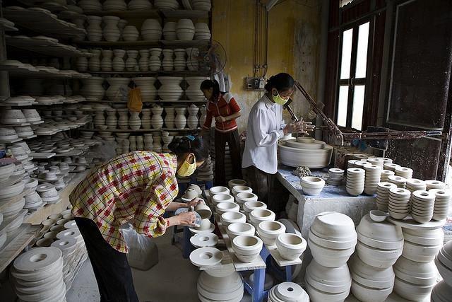 Công việc hàng ngày ở làng gốm Bát Tràng.