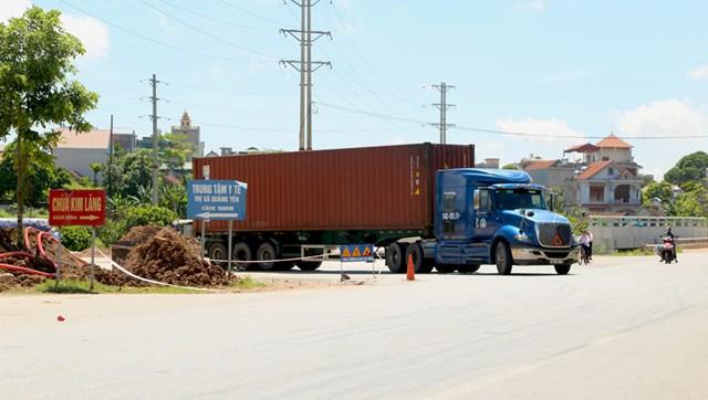 Các xe container chạy trên đoạn ngã ba cầu Kim Lăng, thị xã Quảng Yên.