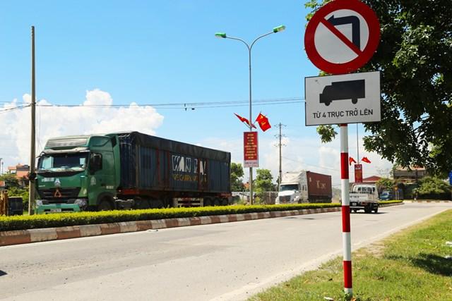 Mặc dù có biển cấm, tuy nhiên các phương tiện trên 4 trục vẫn lưu thông trên đường dân sinh thuộc địa phận thị xã.
