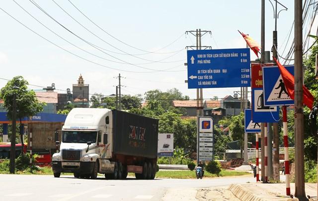 Xe container di chuyển từ cầu Kim Lăng đi Km11.