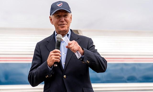 Ứng viên đảng Dân chủ Joe Biden phát biểu tại ga Alliance, bang Ohio, ngày 30/9. Ảnh: AP.
