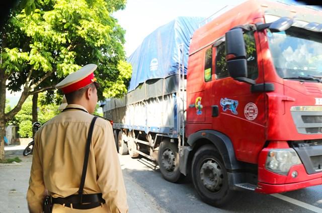 Lực lượng chức năng thị xã Quảng Yên có mặt tại Km9 có nhiệm vụ tuyên truyền quy định mới tới các tài xế.