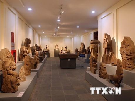 Các hiện vật được trưng bày trong kho mở tại Bảo tàng Điêu khắc Chăm. (Ảnh: Trần Lê Lâm/TTXVN).
