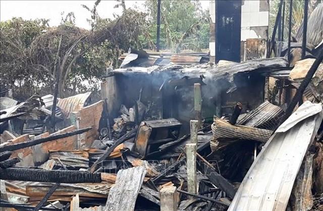 Đồng Tháp: Hỏa hoạn giữa trưa thiêu rụi 3 nhà dân tại huyện biên giới Hồng Ngự - Ảnh 1