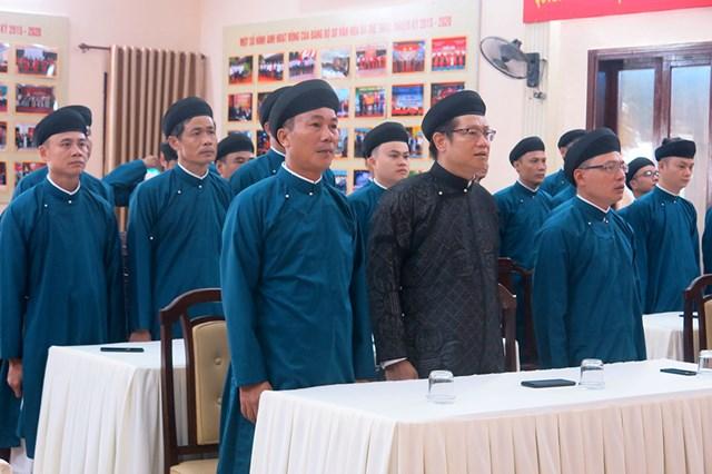 Nam công chức Sở VHTT Thừa Thiên - Huế mặc áo dài chào cờ đầu tháng.