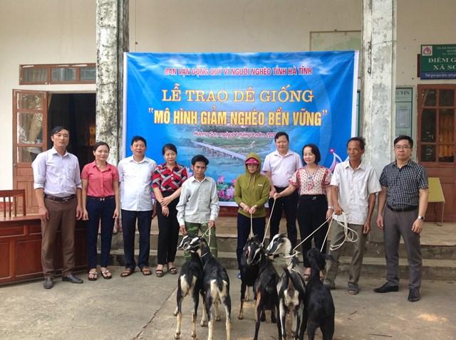 Ủy ban MTTQ tỉnh Hà Tĩnh trao dê giống hỗ trợ người nghèo ở huyện Hương Sơn phát triển sản xuất, chăn nuôi.