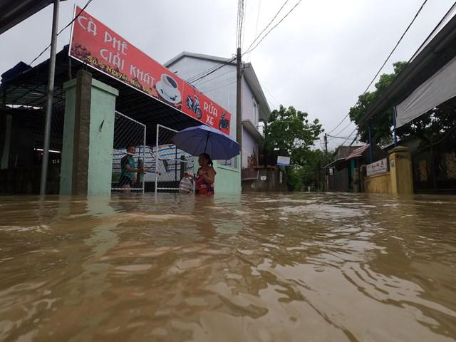 Mưa lớn khiến nhiều nơi tại TP Huế bị ngập sâu, đời sống của người dân bị đảo lộn.