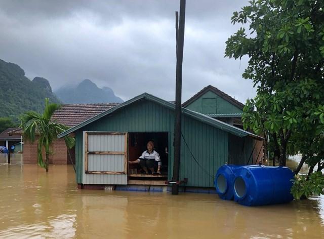 Bà Trương Thị Bông an tâm sống chung với lũ trong ngôi nhà tránh lũ ở Quảng Bình.