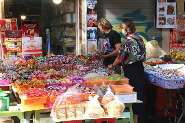 Mặc sự lấn sân của các siêu thị mini, cửa hàng tạp hóa vẫn có sức hấp dẫn riêng. Ảnh: Quang Vinh.