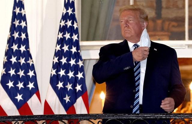 Trở lại hậu Covid-19, Tổng thống Donald Trump gỡ bỏ khẩu trang khi đứng trên ban-công Nhà Trắng, ngày 5/10. Nguồn: Getty Images.