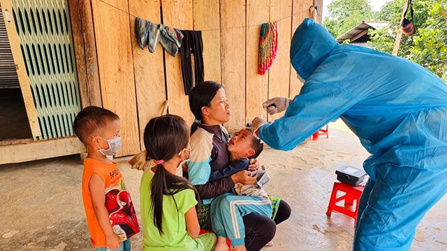 Thăm khám, tiêm vaccine cho trẻ là cách tốt nhất để phòng bệnh bạch hầu.