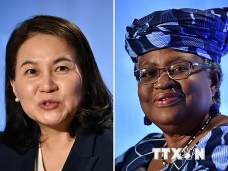 Bộ trưởng Thương mại Hàn Quốc Yoo Myung-hee (trái) tại Geneva (Thụy Sĩ) ngày 16/7/2020 và Cựu Bộ trưởng Tài chính Nigeria Ngozi Okonjo-Iweala tại Geneva ngày 15/7/2020. (Ảnh: AFP/TTXVN).