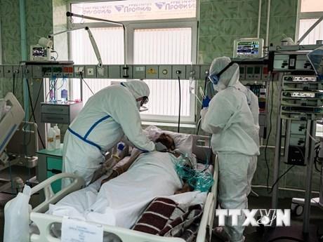 Nhân viên y tế điều trị cho bệnh nhân Covid-19 tại bệnh viện ở Moskva, Nga. (Ảnh: AFP/TTXVN).