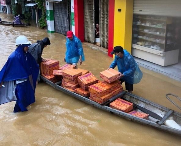 Vận chuyển nhu yếu phẩm hỗ trợ người dân. (Nguồn ảnh: baothuathienhue.vn).
