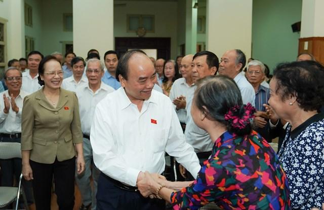 Cử tri Câu lạc bộ Bạch Đằng chào đón Thủ tướng Nguyễn Xuân Phúc. Ảnh: VGP/Quang Hiếu.