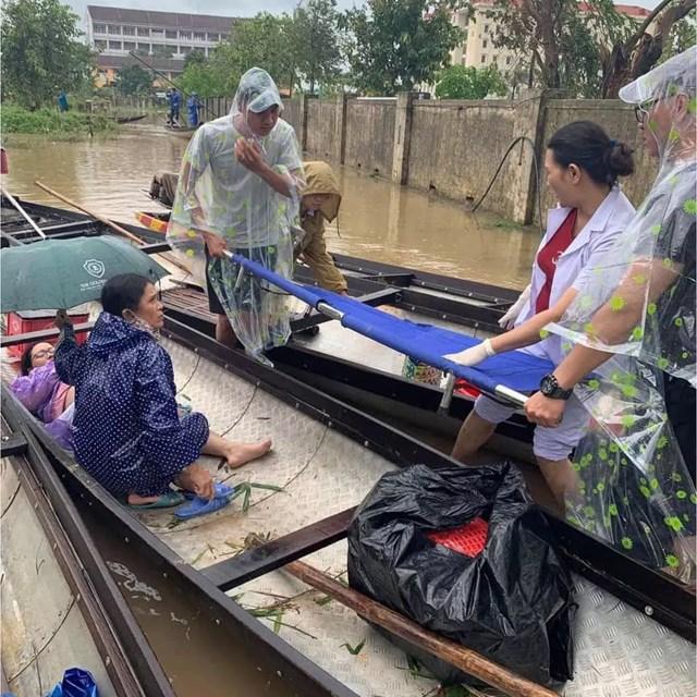 Những thanh niên qua đường kịp thời đưa mẹ con chị Trang vào trạm xá. Ảnh: Đặng Linh.