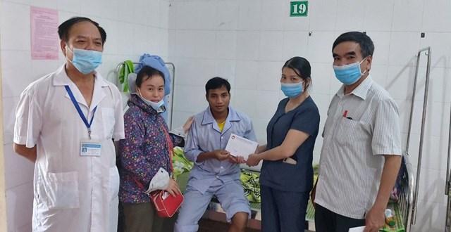 Thăm công nhân xây dựng thủy điện Rào Trăng 3 đang điều trị tại Bệnh viện Bình Điền.