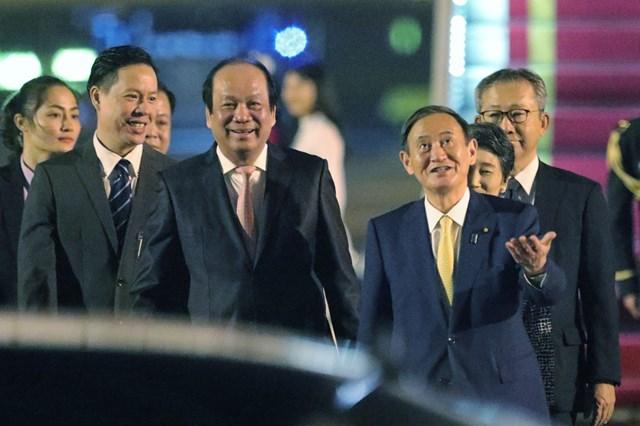 Bộ trưởng, Chủ nhiệm Văn phòng Chính phủ Mai Tiến Dũng chào đón Thủ tướng Suga Yoshihide và Phu nhân.