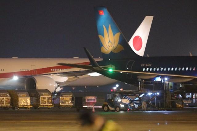 [ẢNH] Đón Thủ tướng Nhật Bản và Phu nhân tại sân bay quốc tế Nội Bài - Ảnh 3