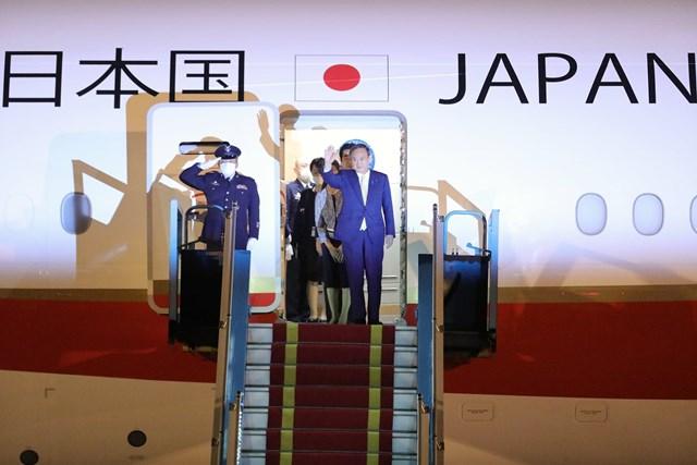 Thủ tướng Nhật Bản Suga Yoshihide tới sân bay Nội Bài, bắt đầu chuyến thăm chính thức Việt Nam. Ảnh: Quang Vinh.