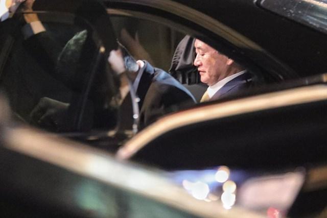 Thủ tướng Nhật Bản Suga Yoshihide lên xe ô tôxe di chuyển về trung tâm Hà Nội.