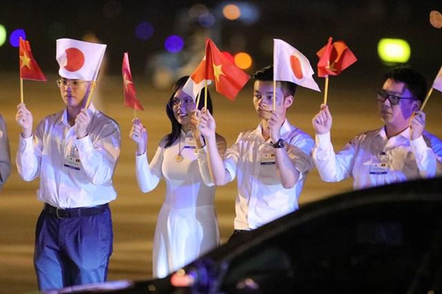 [ẢNH] Đón Thủ tướng Nhật Bản và Phu nhân tại sân bay quốc tế Nội Bài - Ảnh 4