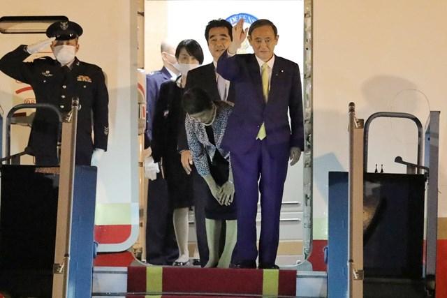 Thủ tướng Nhật Bản Suga Yoshihide tới sân bay Nội Bài, bắt đầu chuyến thăm chính thức Việt Nam.