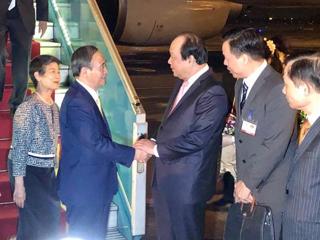 Bộ trưởng, Chủ nhiệm Văn phòng Chính phủ Mai Tiến Dũng chào đón Thủ tướng Suga Yoshihide và Phu nhân đến Việt Nam. Ảnh: VGP/Nhật Bắc.