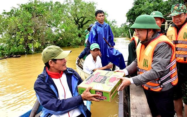 Đưa hàng cứu trợ đến với bà con trong vùng lũ huyện Hương Điền, tỉnh Thừa Thiên-Huế.