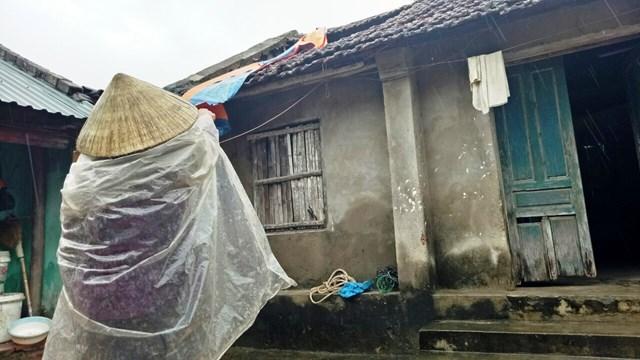 Bà Nguyễn Thị Cúc, sống tại khu phố Nam Bắc, phường Quảng Vinh, TP Sầm Sơn trong căn nhà dột nát.
