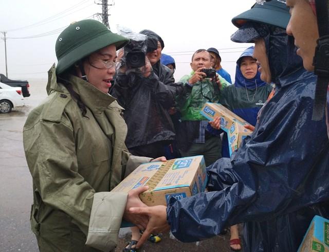 Bà Phạm Thị Hân, Chủ tịch Ủy ban MTTQ Việt Nam tỉnh Quảng Bình trao quà hỗ trợ cho người dân ở vùng lũ huyện Lệ Thủy.