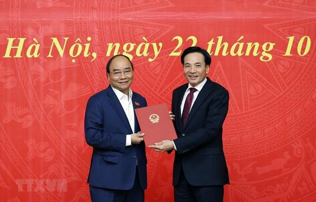 Thủ tướng Nguyễn Xuân Phúc trao quyết định bổ nhiệm Phó Chủ nhiệm VPCP cho đồng chí Trần Văn Sơn. Ảnh: TTXVN.