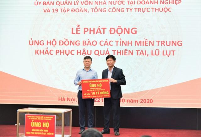 Phó Tổng Giám đốc Tập đoàn VNPT (bên phải) trao tượng trưng 10 tỷ đồng do CBCNV VNPT chung tay để hỗ trợ đồng bào miền Trung.