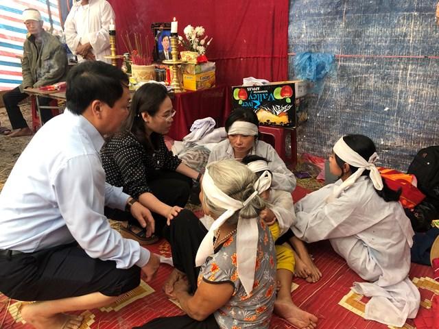 Phó Chủ tịch - Tổng Thư ký Hầu A Lềnh chia buồn với gia đình có người tử nạn.