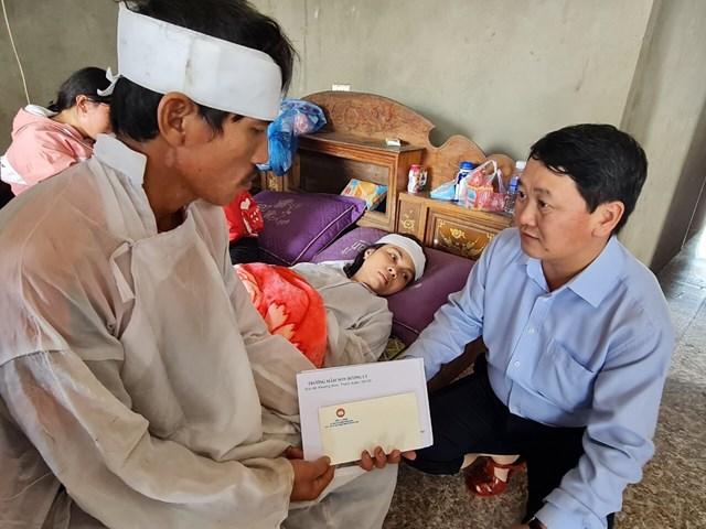 Phó Chủ tịch - Tổng Thư ký Hầu A Lềnh thăm hỏi, trao quà gia đìnhanh Hoàng Văn Đức có 2 bé bị đuối nước.