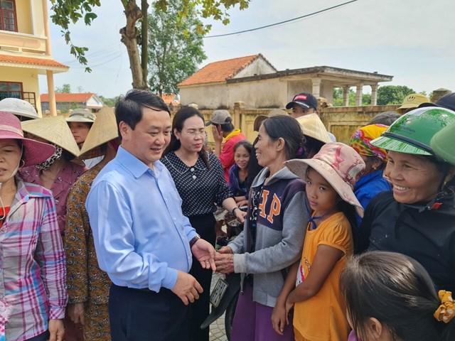 Phó Chủ tịch - Tổng Thư ký Hầu A Lềnh thăm hỏi, trò chuyện với bà con vùng lũ.