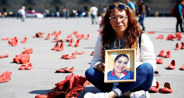Bà Elizabeth Machuca Campos mang đến quảng trường Zocalo bức chân dung của chị gái Eugenia Machuca Campos bị sát hại năm 2017 và đôi giày người chị mang khi thiệt mạng.